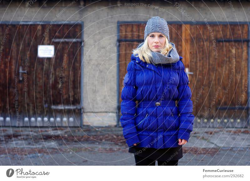 Ich seh' blau. feminin Junge Frau Jugendliche Erwachsene 1 Mensch 18-30 Jahre Idylle kalt Natur schön Winter Winterstimmung Mantel Daunenmantel Steppmantel