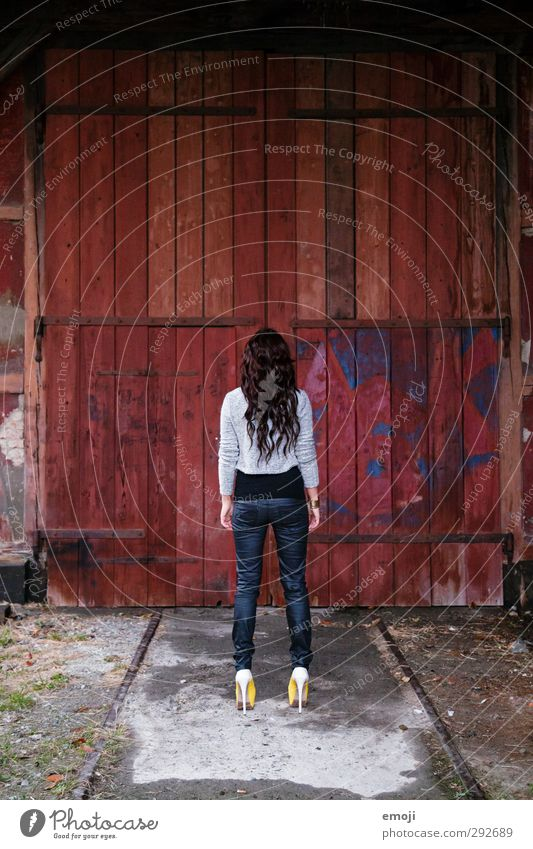 Rückenansicht feminin Junge Frau Jugendliche 1 Mensch 18-30 Jahre Erwachsene Fassade dünn Erotik Holzwand Farbfoto Außenaufnahme Tag Ganzkörperaufnahme