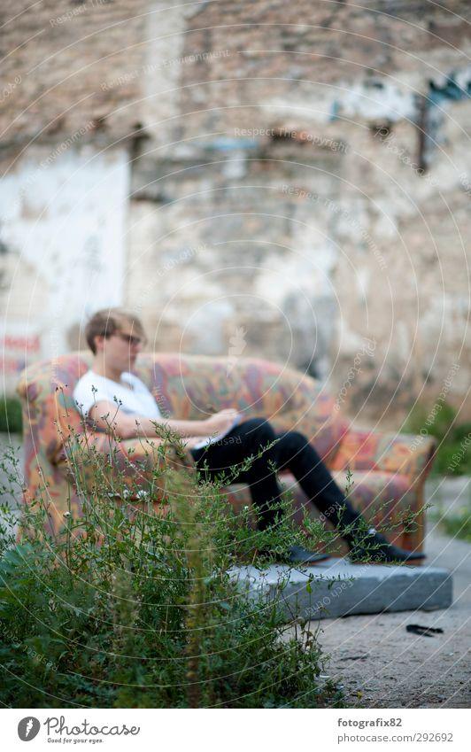 alles liegen lassen. songwriting Mensch Jugendliche Junger Mann Gefühle Denken träumen Stimmung maskulin authentisch schreiben Konzentration Sofa Fernweh