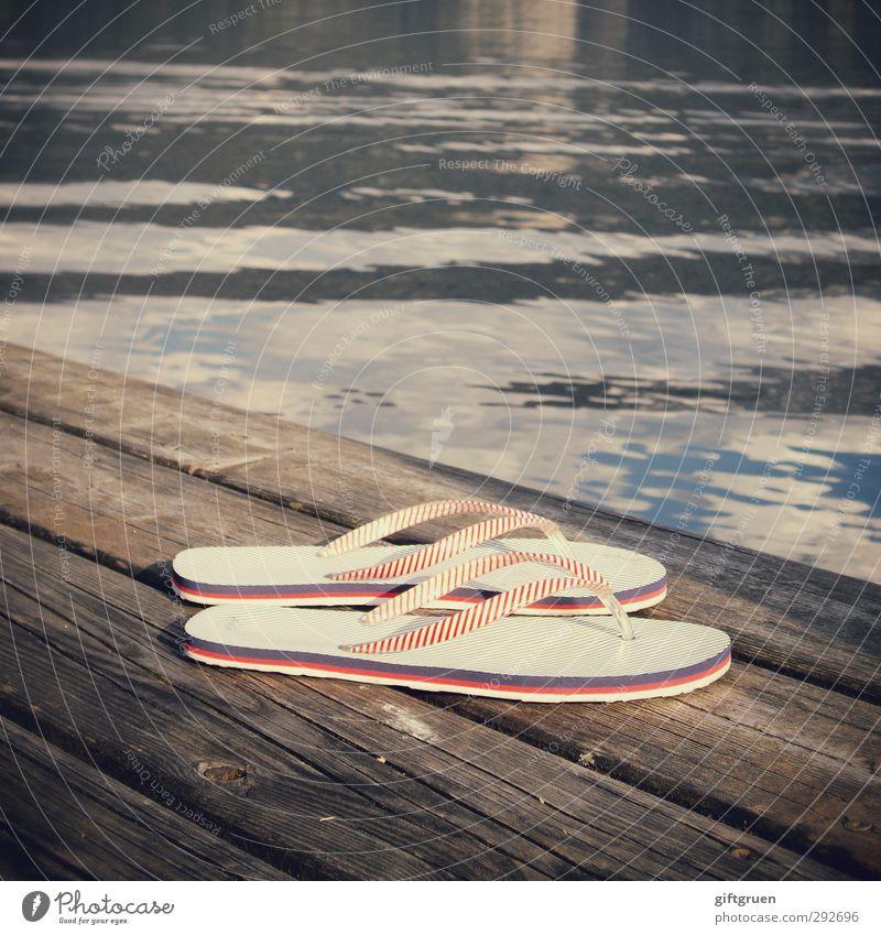 untergetaucht Wasser Wärme Holz See Schwimmen & Baden Schuhe Freizeit & Hobby Schönes Wetter Bekleidung Urelemente Streifen Seeufer tauchen Steg Textilien