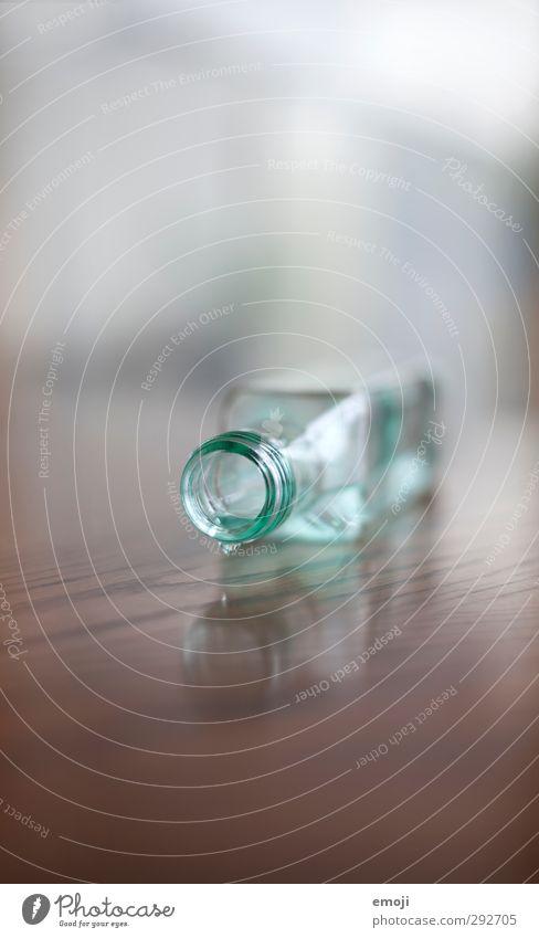 Kurzsichtigkeit Getränk Erfrischungsgetränk Trinkwasser Flasche Glasflasche Verschluss Flüssigkeit blau Farbfoto Innenaufnahme Detailaufnahme Menschenleer Tag