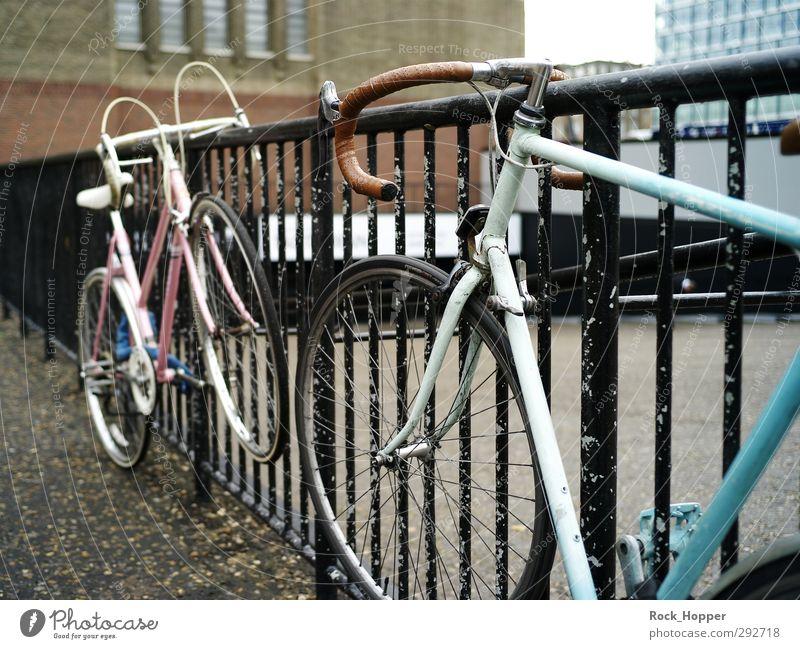 Urban Velo blau Freude schwarz Architektur Stein Metall braun rosa Fahrrad Zufriedenheit warten Tourismus Lifestyle Platz Geschwindigkeit Coolness