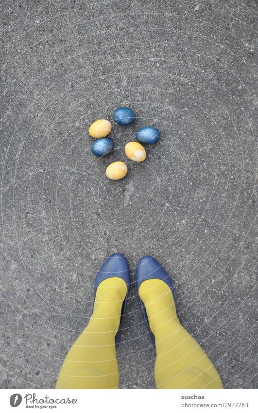 .. oder osterhasi beine füße Strümpfe gelb Schuhe Dame Frau weiblich Straße Asphalt lustig seltsam eier bemalt Osterei Ostern blau