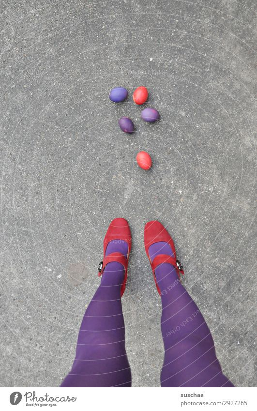 ostern rot/lila Ostern Osterei Tradition Ei gekochte Eier bunte Eier violett Beine weiblich Frau Strümpfe Füße Straße Damenschuhe Asphalt seltsam skurril lustig