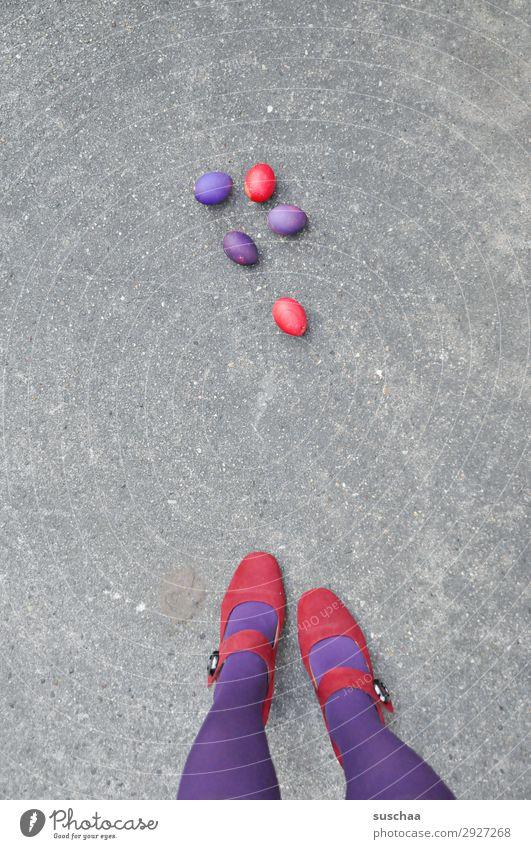 ostern rot/lila (wadenlänge) Ostern Osterei Tradition Ei gekochte Eier bunte Eier violett Beine weiblich Frau Strümpfe Füße Straße Damenschuhe Asphalt seltsam
