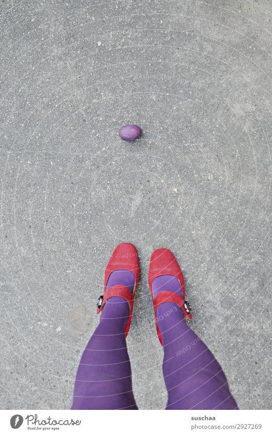 Isolation | übrig geblieben Frau Einsamkeit Lebensmittel Beine einzeln Ostern violett Isoliert (Position) Isolierung (Material) Rest Osterei ungenießbar