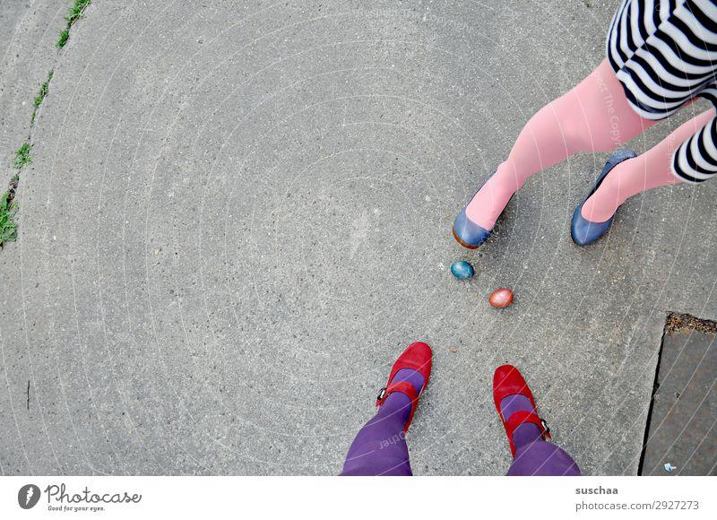 nach ostern (2) Ostern Osterei Tradition Ei gekochte Eier bunte Eier Beine weiblich Frau Strümpfe Füße Straße Damenschuhe Asphalt seltsam skurril 2 Menschen