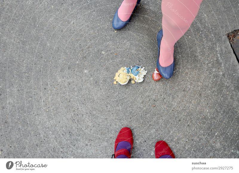 nach ostern (1) Ostern Osterei Tradition Eier gekochte Eier bunte Eier Beine weiblich Frau Strümpfe Fuß Straße Damenschuhe Asphalt seltsam skurril lustig