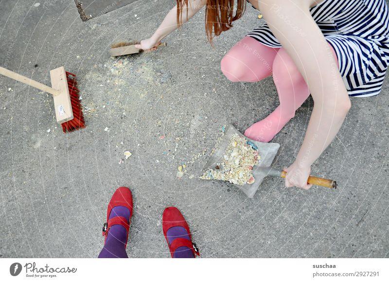 dreckwegtag Straße Hof Einfahrt Asphalt dreckig Reinigen Kehren Mädchen Kind Jugendliche Junge Frau Pubertät Ordnung Strafe Besen Eimer Schaufel Schuhe