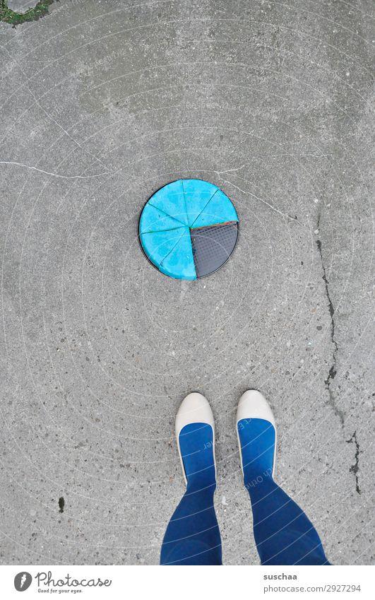 virtel vor kuchen Fuß Beine Frau Ballerinas weiblich Strümpfe Straße Asphalt stehen Kuchen Kuchenblech seltsam skurril Virtel Geburtstagstorte backen blau