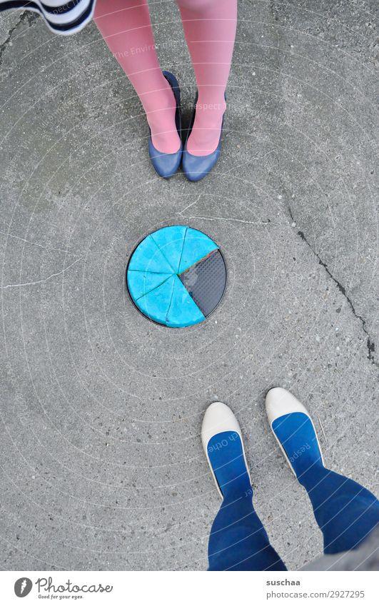 caketime Fuß Beine Frau 2 Menschen Ballerina Damenschuhe weiblich Strümpfe Straße Asphalt stehen Kuchen Kuchenblech seltsam skurril Virtel Geburtstagstorte