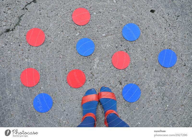 rote und blaue punkte (füße) Fuß Schuhe Sandale Frau Mensch weiblich Sommer Wärme Außenaufnahme Straße Asphalt stehen Symbole & Metaphern Punkt Strümpfe