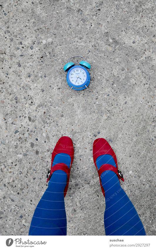 blaue uhrzeit Frau Beine Fuß Damenschuhe rot Straße Asphalt Außenaufnahme Wecker Uhr Zeit Eile Zifferblatt Morgen Mittag Abend Tageszeit Zeitmangel Erschöpfung