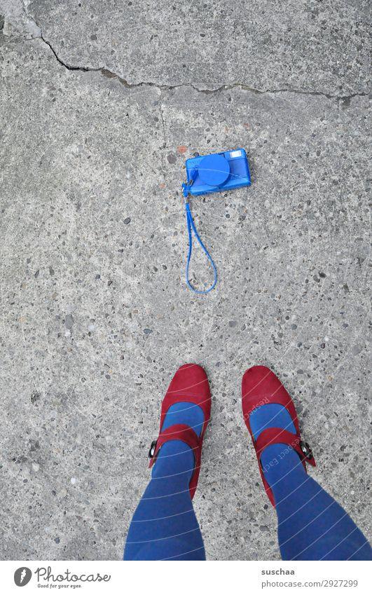 fotografieren Fotokamera Fotografieren Einwegkamera Lomografie analog blau Frau Beine Fuß weiblich Damenschuhe Strümpfe Straße Asphalt stehen altmodisch retro