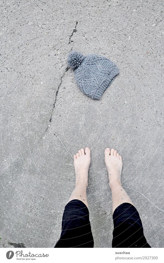 aprilwetter Frau nackt Sommer Winter Straße Beine Wärme kalt Fuß Wetter Klima Asphalt Mütze Barfuß Klimawandel Zehen