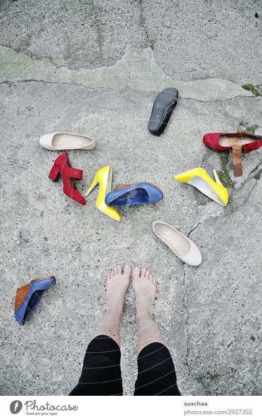 entscheidungsschwierigkeiten Frau Mensch Straße Schuhe Asphalt Barfuß Verschiedenheit Zehen Entscheidung Damenschuhe Auswahl