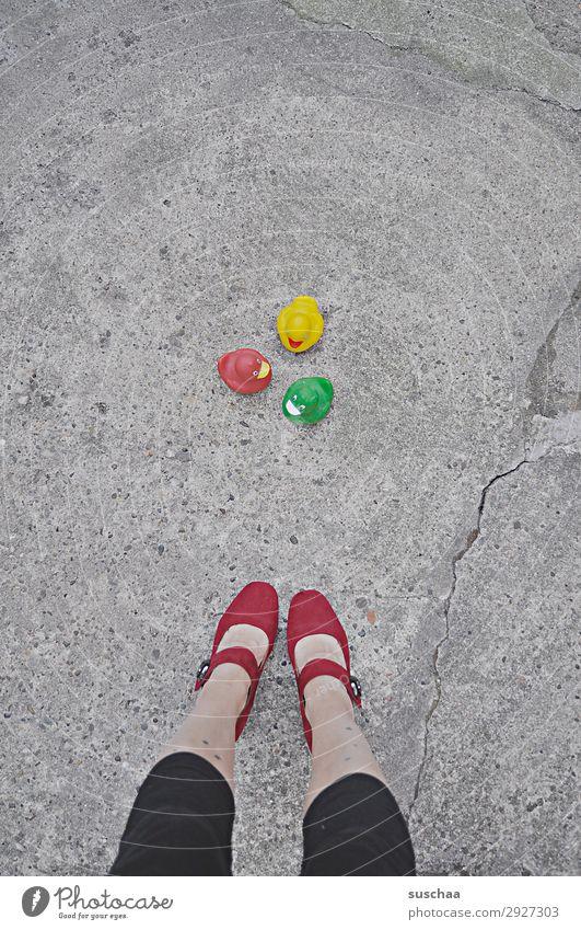 gruppenbild mit dame Frau Beine Füße Dame Damenschuhe stehen Straße Asphalt mehrere Gruppenbild Badeente seltsam skurril Witz lustig Freude niedlich Spielzeug