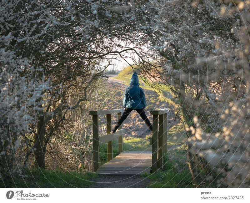 Brückentag Mensch feminin Mädchen Kindheit Jugendliche 1 8-13 Jahre Umwelt Natur Landschaft Pflanze Frühling Sommer Schönes Wetter Sträucher Ostsee blau grün