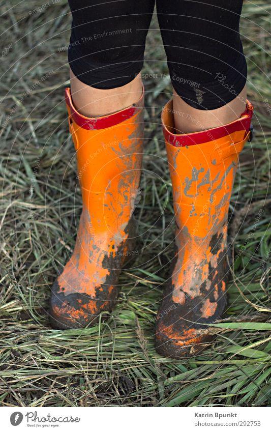 gumboots #2 Mensch Wiese Beine stehen schlechtes Wetter Gummistiefel Schlamm