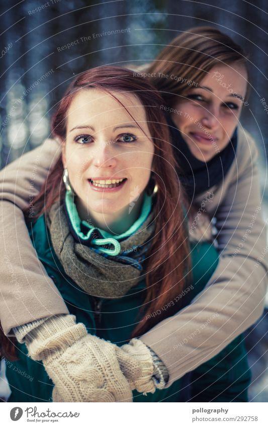 sisterpower Mensch Frau Jugendliche Freude Winter Wald Junge Frau Erwachsene Leben feminin lachen Gefühle Glück 18-30 Jahre Freundschaft Stimmung