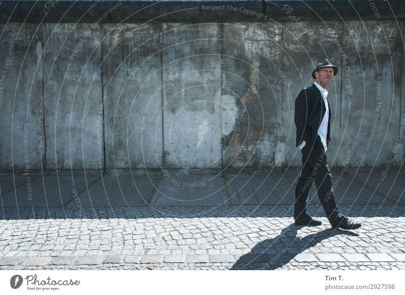 Hannes Mensch maskulin Mann Erwachsene 1 45-60 Jahre Berlin Stadt Hauptstadt Stadtzentrum Bauwerk Sehenswürdigkeit Berliner Mauer Perspektive Hannes Liebmann