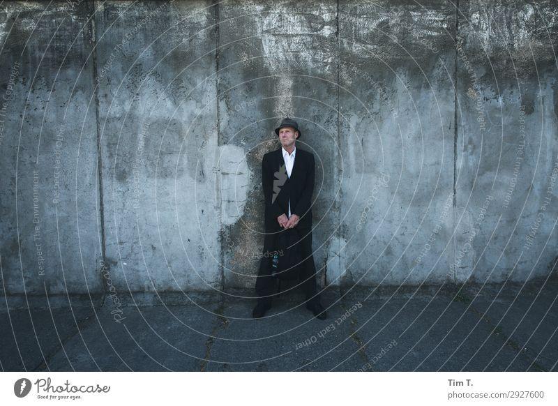 Grenzgänger Mensch maskulin Mann Erwachsene 1 45-60 Jahre Berlin Stadt Hauptstadt Stadtzentrum Mauer Wand Sehenswürdigkeit Berliner Mauer Kontakt Sicherheit