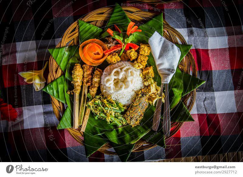 Traditionelles balinesisches Essen Fleisch Mittagessen Abendessen Restaurant frisch lecker asiatisch ayam pelalah Bali Balinese balinesische Küche Bananenblatt