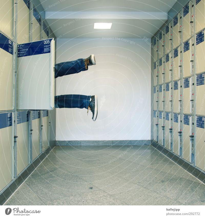 fachidiot Mensch maskulin Beine Fuß 1 Bahnhof liegen gepäckfach Schrank Tür warten Leiche Opfer Mord Tatort gepäckraum Kofferraum Turnschuh Farbfoto