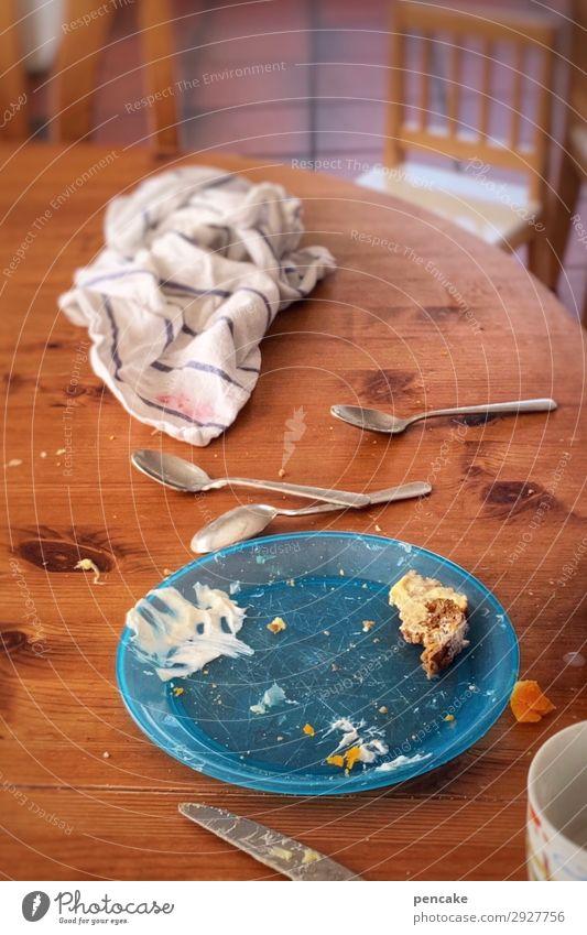 fertig mein spatz? Ernährung Frühstück Teller Tasse Besteck Messer Löffel Kindheit Frühstückstisch Kleinkind Handtuch Stuhl Morgen unordentlich Krümel Rest