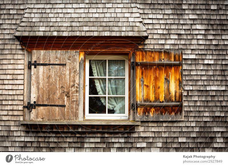 Fenster zur Welt? Dorf Einfamilienhaus Hütte Architektur Fassade Holz alt braun Schweiz Kanton Appenzell Farbfoto Außenaufnahme Menschenleer Zentralperspektive