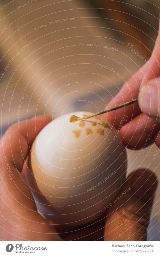 Makroaufnahme einer Frau, die ein Osterei mit Wachs handbemalt. Design schön Basteln Dekoration & Verzierung Feste & Feiern Ostern Handwerk Kunst Kultur