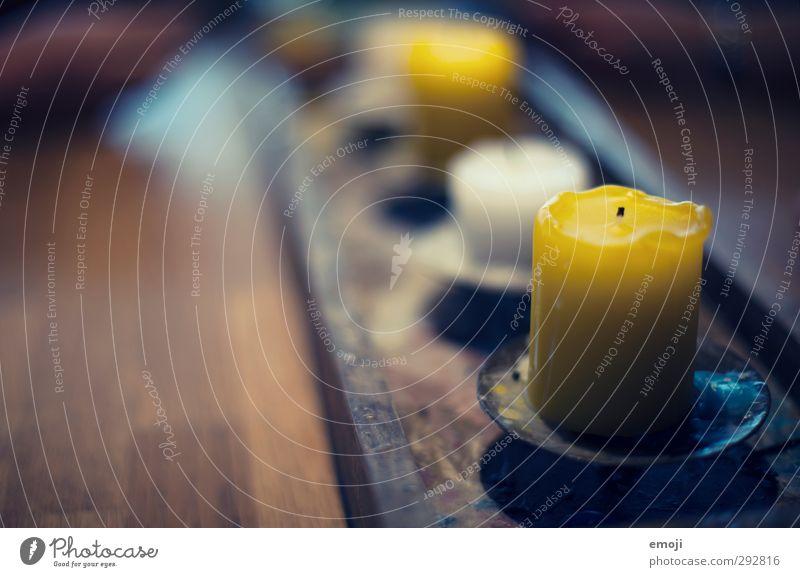 1604 Fotos Dekoration & Verzierung Kerze Kitsch Krimskrams Wachs Dekoteller Holz gelb Farbfoto Innenaufnahme Nahaufnahme Menschenleer Dämmerung