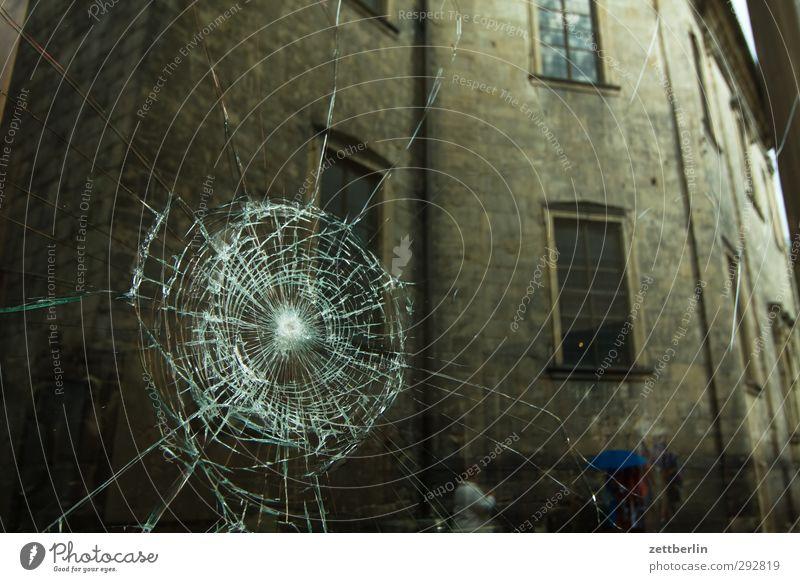 Loch Haus Fenster Wand Mauer Fassade Glas gefährlich kaputt Dach Wut Gewalt Loch Riss Stadtzentrum Zerstörung Aggression