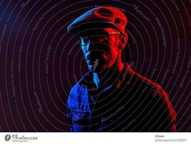 Zwielicht Lifestyle Stil Junger Mann Jugendliche 1 Mensch 18-30 Jahre Erwachsene jeanshemd Brille Mütze Oberlippenbart dunkel trashig Stadt blau rot Einsamkeit