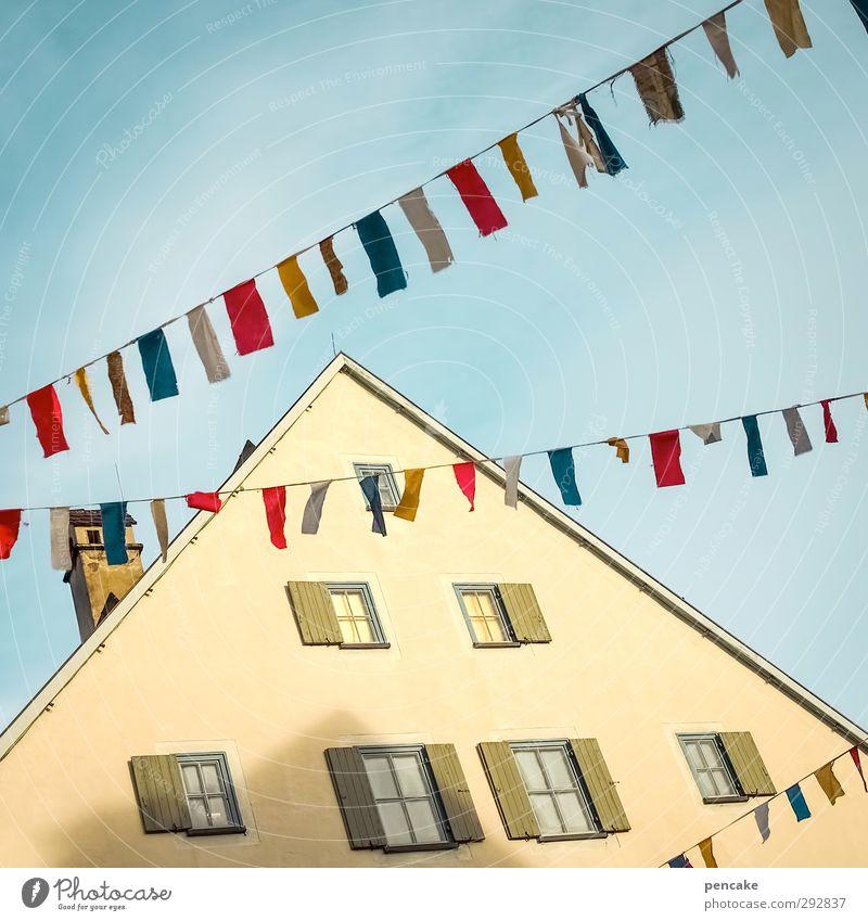 fas.net Freude Spielen Party Veranstaltung ausgehen Feste & Feiern Tanzen Karneval Jahrmarkt Kleinstadt Altstadt Haus Fassade Fenster Dach Zeichen Fahne hängen