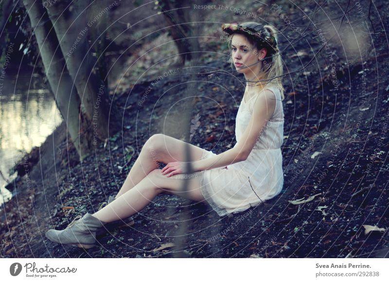 verzweigt. feminin Junge Frau Jugendliche 1 Mensch 18-30 Jahre Erwachsene Mode Kleid Accessoire Schmuck Haare & Frisuren blond langhaarig Zopf sitzen kalt