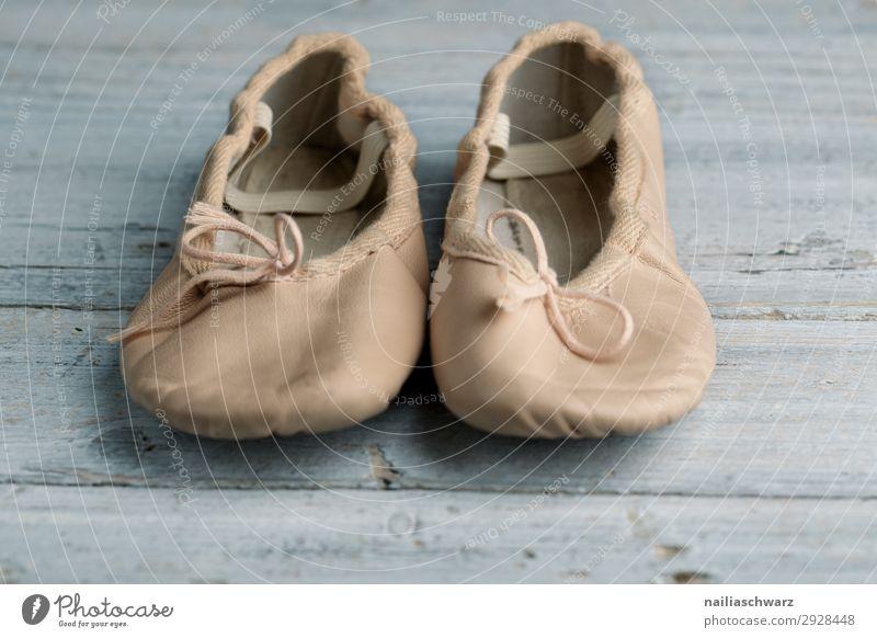 Ballett-Schuhe Balletttänzer Ballettschuhe alt abgenutzt Leder retro Tanzen klassisch gebunden Kind Kinderschuhe klein Beine Farbfoto Tanzschuhe Mensch