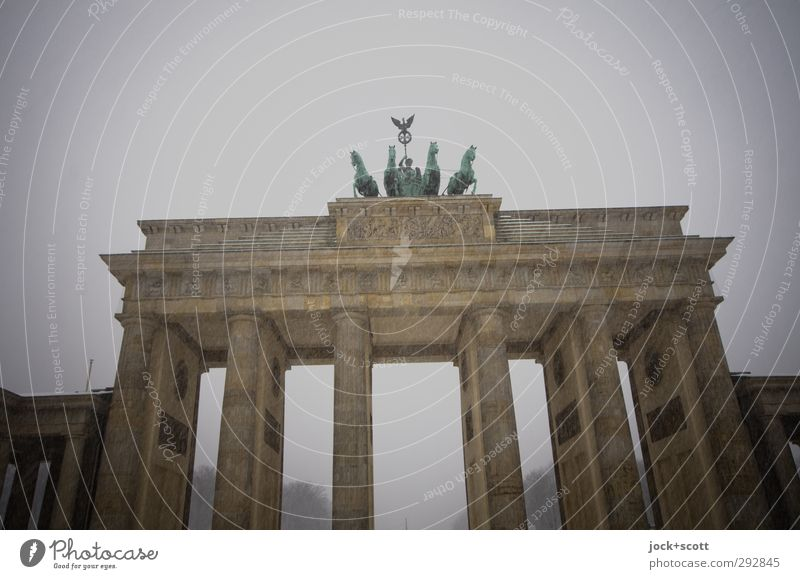 Schneetreiben am Brandenburger Tor Sightseeing Weltkulturerbe Himmel Winter schlechtes Wetter Frost Schneefall Berlin-Mitte Hauptstadt Stadtzentrum