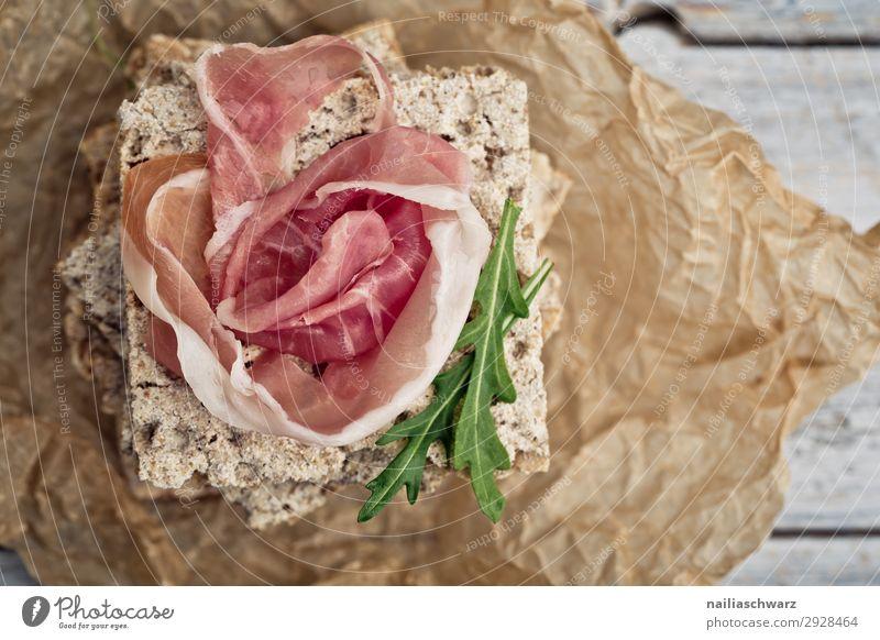 Knäckebrot mit Schinken Lebensmittel Fleisch Teigwaren Backwaren Brot Schinkenscheibe Schinkenstreifen Rohschinken Klnäckerbrot Rucola Ernährung Bioprodukte