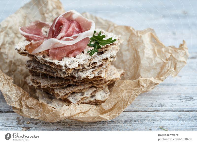 Knäckebrot mit Schinken hardbread Hüttenkäse Käse Frischkäse Brot braun weiß frisch Fleisch gammon getrocknet roh Blitzlichtaufnahme Studioaufnahme rustikal