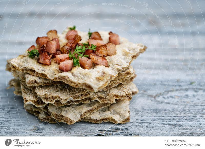 Knäckebrot mit Speck Gesunde Ernährung Gesundheit Lebensmittel Lifestyle Holz natürlich braun grau genießen lecker Kräuter & Gewürze Backwaren Frühstück