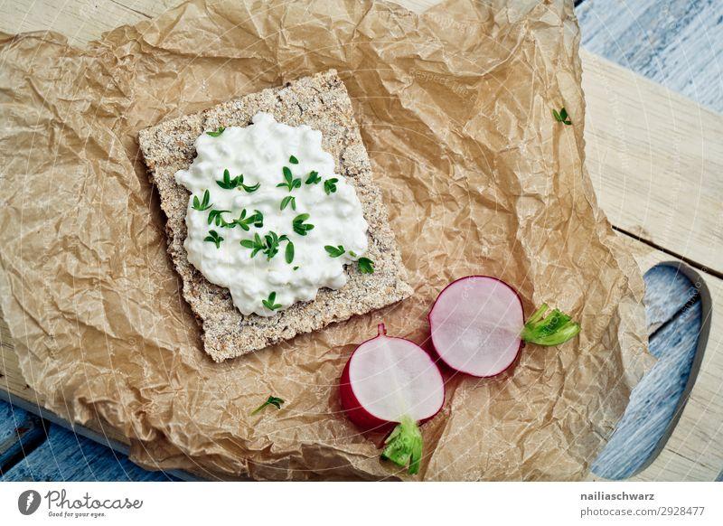 Knäckebrot mit Radieschen Lebensmittel Käse Milcherzeugnisse Gemüse Kresse Quark Ernährung Frühstück Picknick Bioprodukte Vegetarische Ernährung Diät Backpapier
