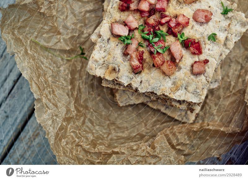 Knäckebrot mit Speck Lebensmittel Teigwaren Backwaren Ernährung Bioprodukte Gesundheit Gesundheitswesen Backpapier Holz Duft lecker braun genießen Stichwörter