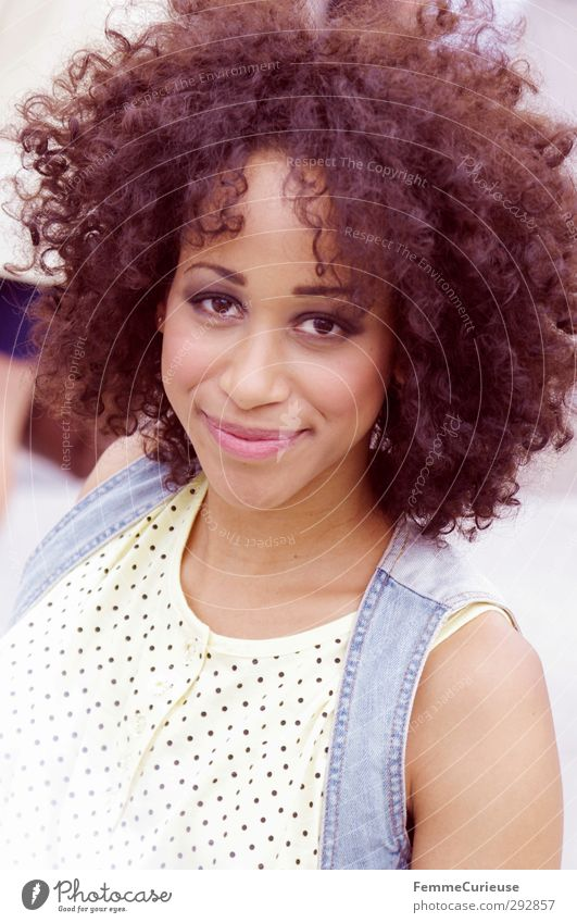 Lockenpracht. Lifestyle elegant Stil exotisch schön Haare & Frisuren Haut feminin Junge Frau Jugendliche Erwachsene 1 Mensch 18-30 Jahre Optimismus dunkelhäutig