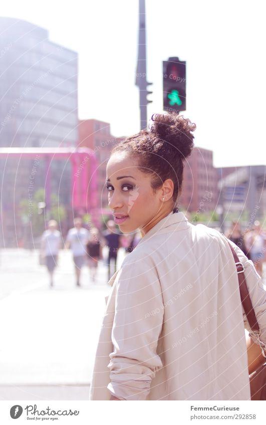 Unterwegs. Mensch Frau Jugendliche grün Stadt schön Junge Frau Erwachsene Straße feminin 18-30 Jahre Stil Mode braun elegant modern