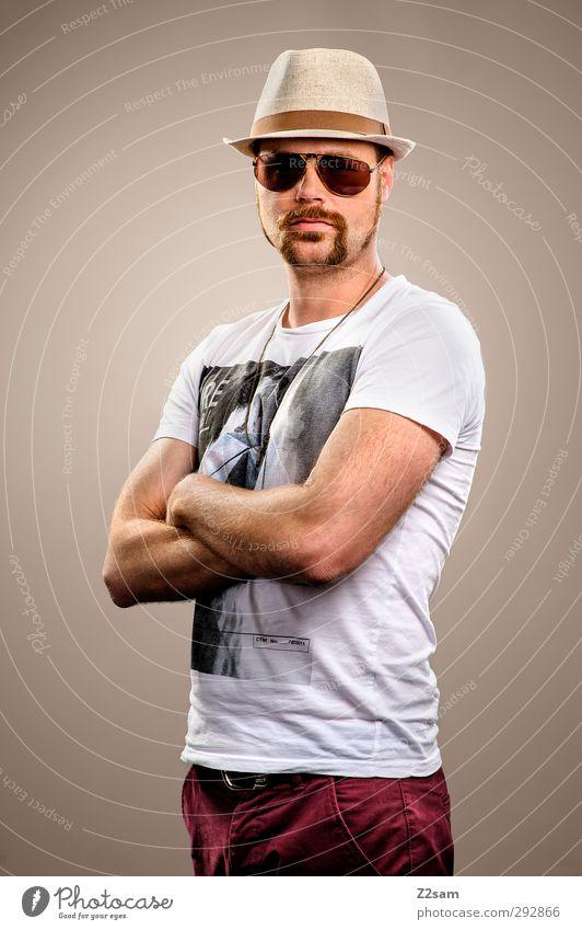 Mr. Moustache Lifestyle Stil Junger Mann Jugendliche 1 Mensch 18-30 Jahre Erwachsene T-Shirt Jeanshose Sonnenbrille Hut Bart Oberlippenbart stehen Coolness