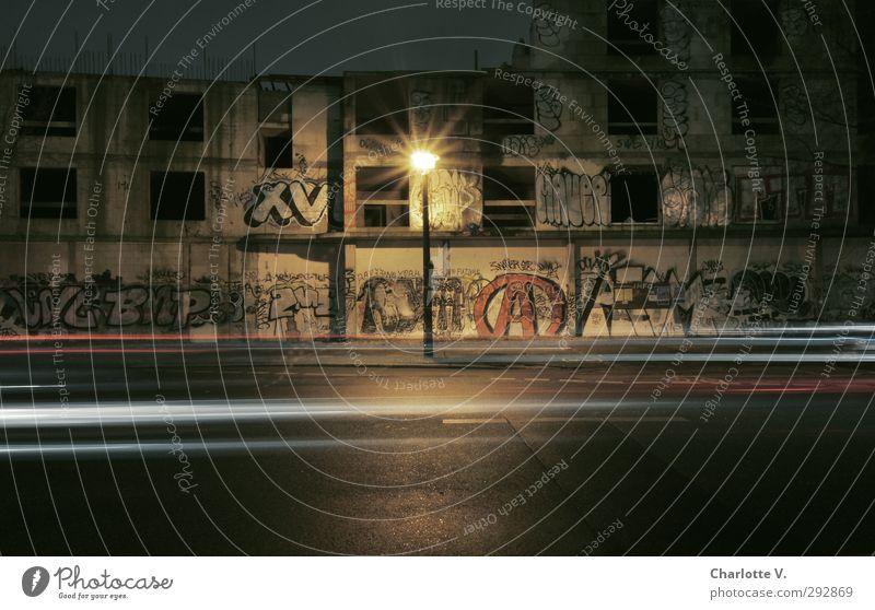 Graffiti-Burg II alt rot Einsamkeit schwarz gelb dunkel Straße Berlin grau Gebäude Kunst Fassade dreckig leuchten Beton