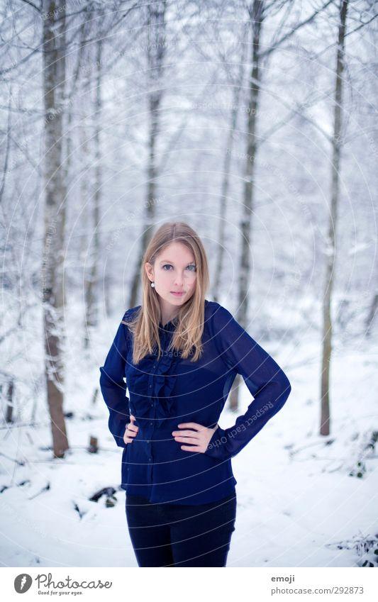 hier und gestern Mensch Natur Jugendliche blau schön Winter Junge Frau Erwachsene Umwelt kalt Schnee 18-30 Jahre Mode Bluse