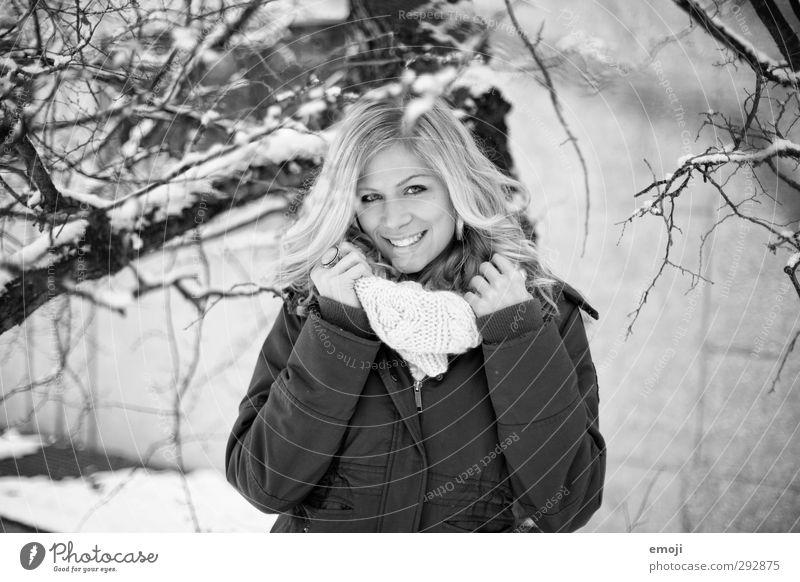 :] feminin Junge Frau Jugendliche 1 Mensch 18-30 Jahre Erwachsene Jacke Schal Fröhlichkeit schön Lächeln Schwarzweißfoto Außenaufnahme Tag