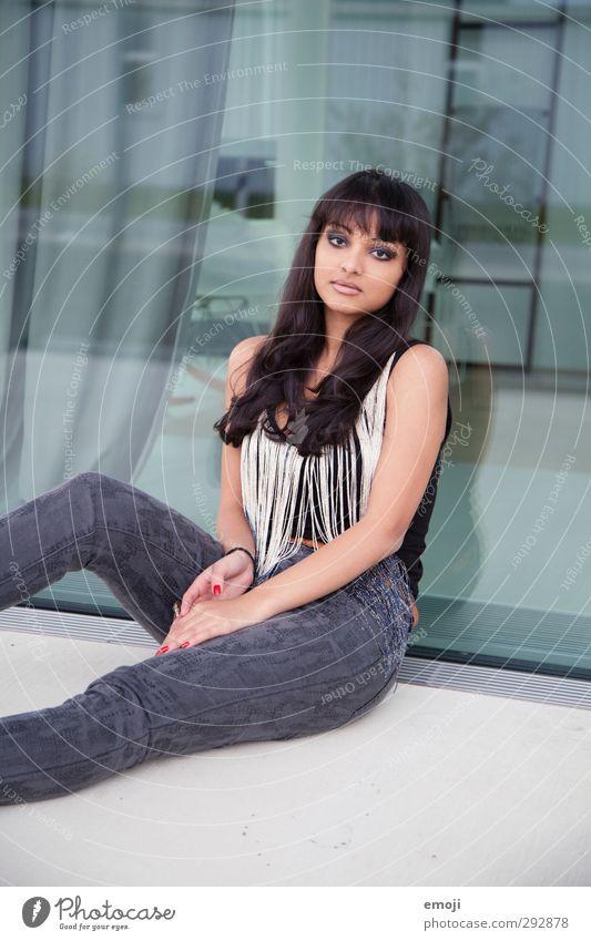 hm? feminin Junge Frau Jugendliche 1 Mensch 18-30 Jahre Erwachsene Mode trendy schön sitzen Farbfoto Außenaufnahme Tag Oberkörper Vorderansicht
